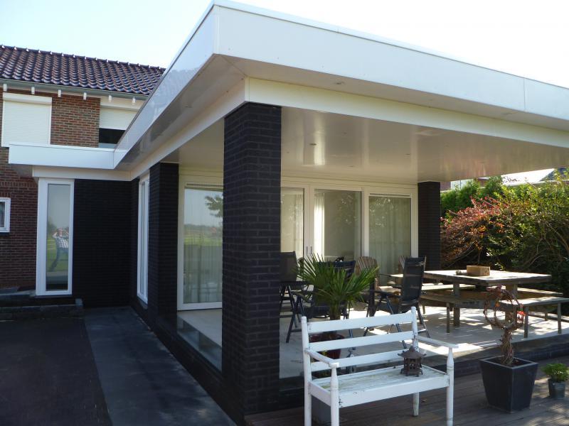 Aanbouw van luxe serre aan woning in siddeburen fledderman - Bouw een overdekt terras ...
