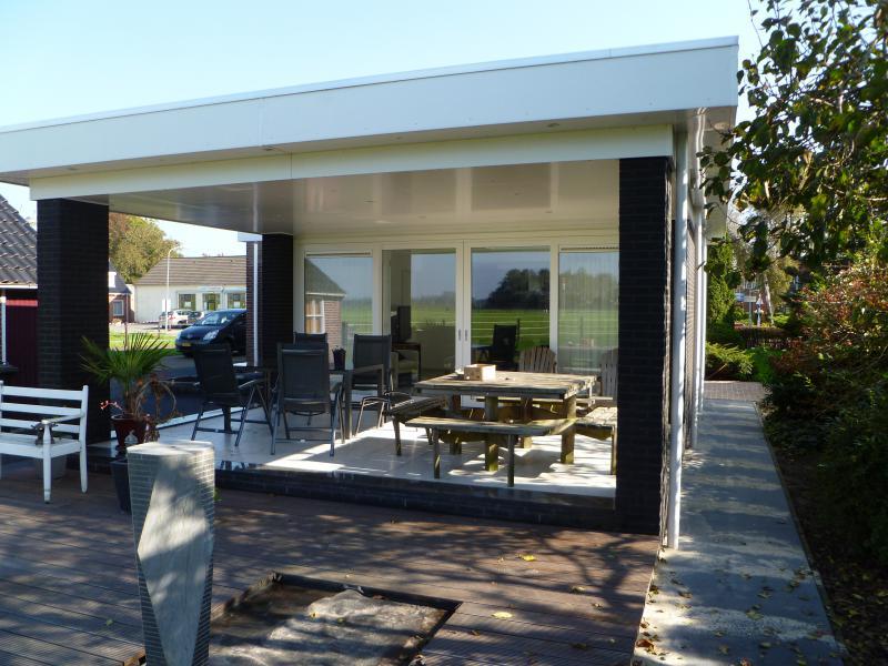 Aanbouw Keuken Serre : Aanbouw van luxe serre aan woning in Siddeburen, met schuifdeuren naar
